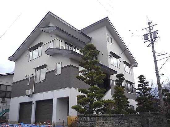 大家族が住まう 三階建ての 和モダン住宅