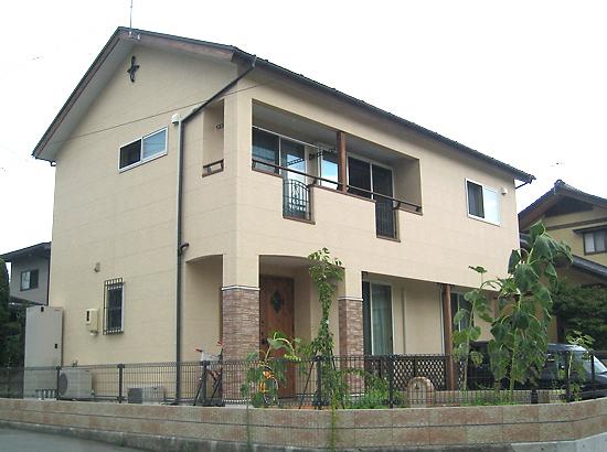 サンデッキのある プロヴァンス スタイルの家