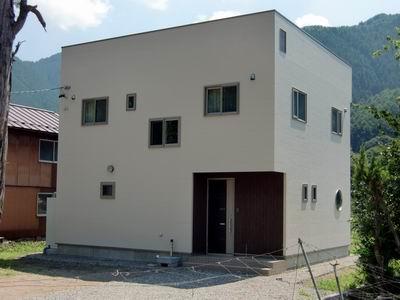 山沿いに佇むキュービックスタイルの家