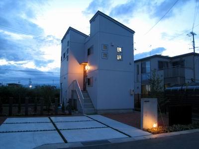 スキップフロアーのコンパクトシンプルモダンの家