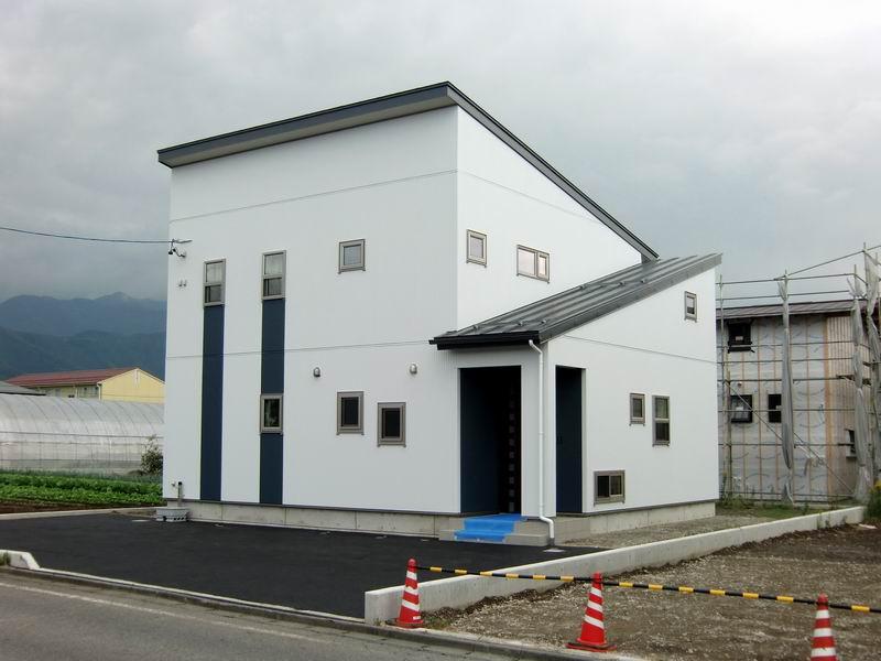 片流れ屋根が印象的なホワイト&濃紺のシンプルモダンな住まい